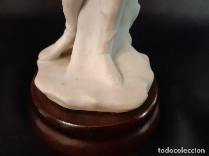 Antigüedades: Figura de biscuit. Halconero. Base madera. Siglo XX. - Foto 5 - 205106970