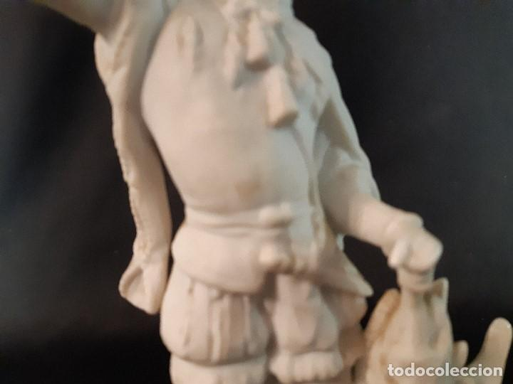 Antigüedades: Figura de biscuit. Halconero. Base madera. Siglo XX. - Foto 7 - 205106970