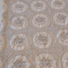 Antigüedades: PRECIOSA COLCHA COLOR BEIS EN BUEN ESTADO CON MOTIVOS DE FLORES.. Lote 205107101