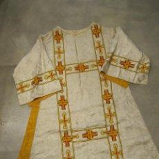 Antigüedades: CASULLA EN TELA BROCADA Y BORDADA A MAQUINA. Lote 205117276