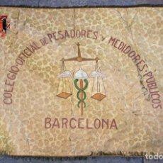 Antigüedades: TAPIZ CON BORDADOS, BANDEROLA DEL GREMIO DE PESADORES DE BARCELONA, 121X180 CM.. Lote 205126656