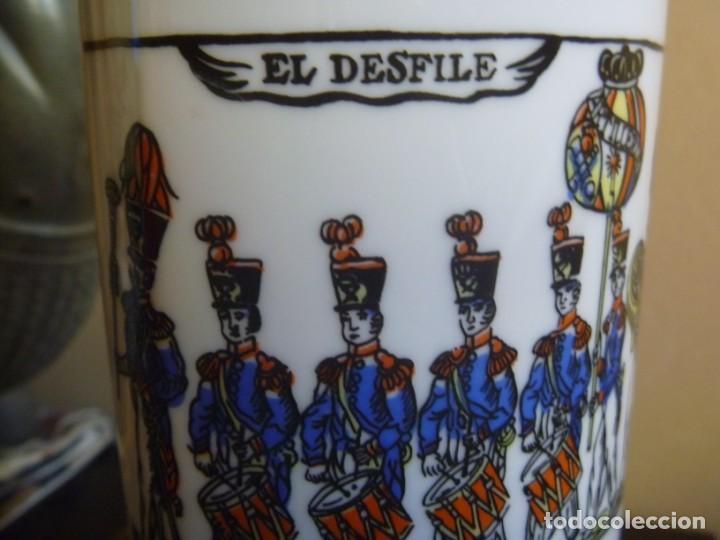 Antigüedades: Jarrón Florero porcelana Bidasoa El Desfile pintado mano tropas militares TAMBORRADA DONOSTI REGALO - Foto 2 - 205127742