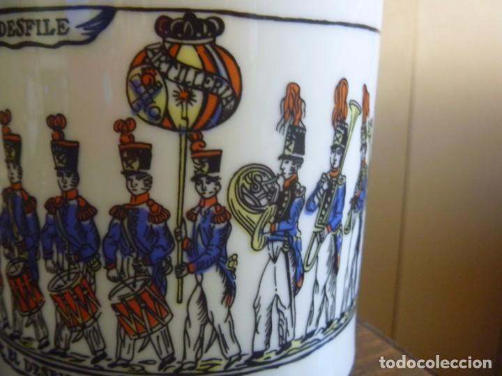 Antigüedades: Jarrón Florero porcelana Bidasoa El Desfile pintado mano tropas militares TAMBORRADA DONOSTI REGALO - Foto 3 - 205127742