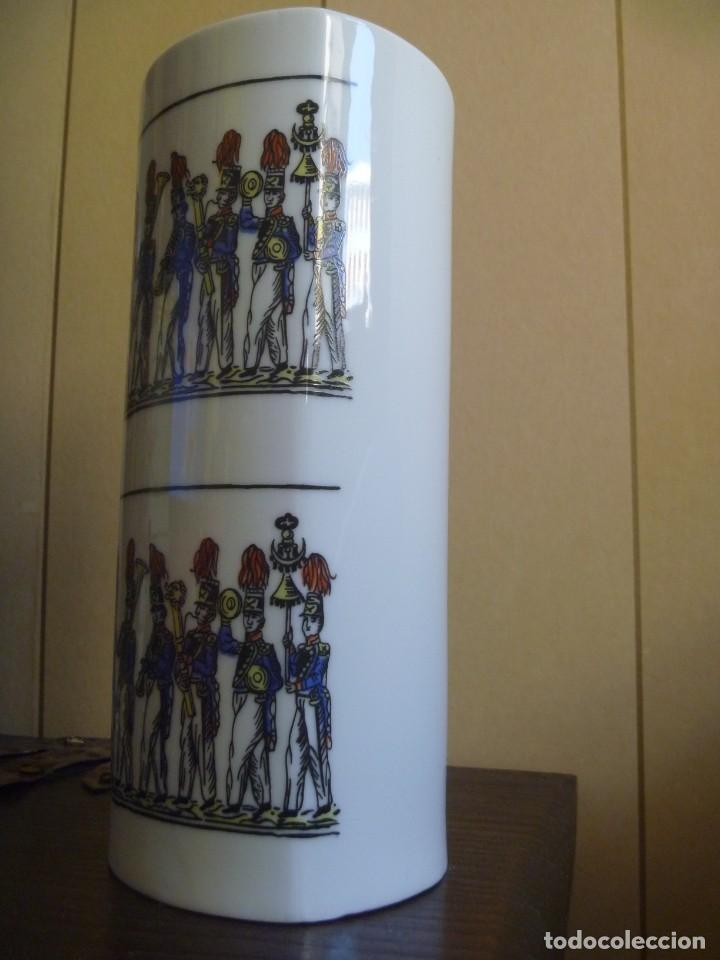 Antigüedades: Jarrón Florero porcelana Bidasoa El Desfile pintado mano tropas militares TAMBORRADA DONOSTI REGALO - Foto 4 - 205127742