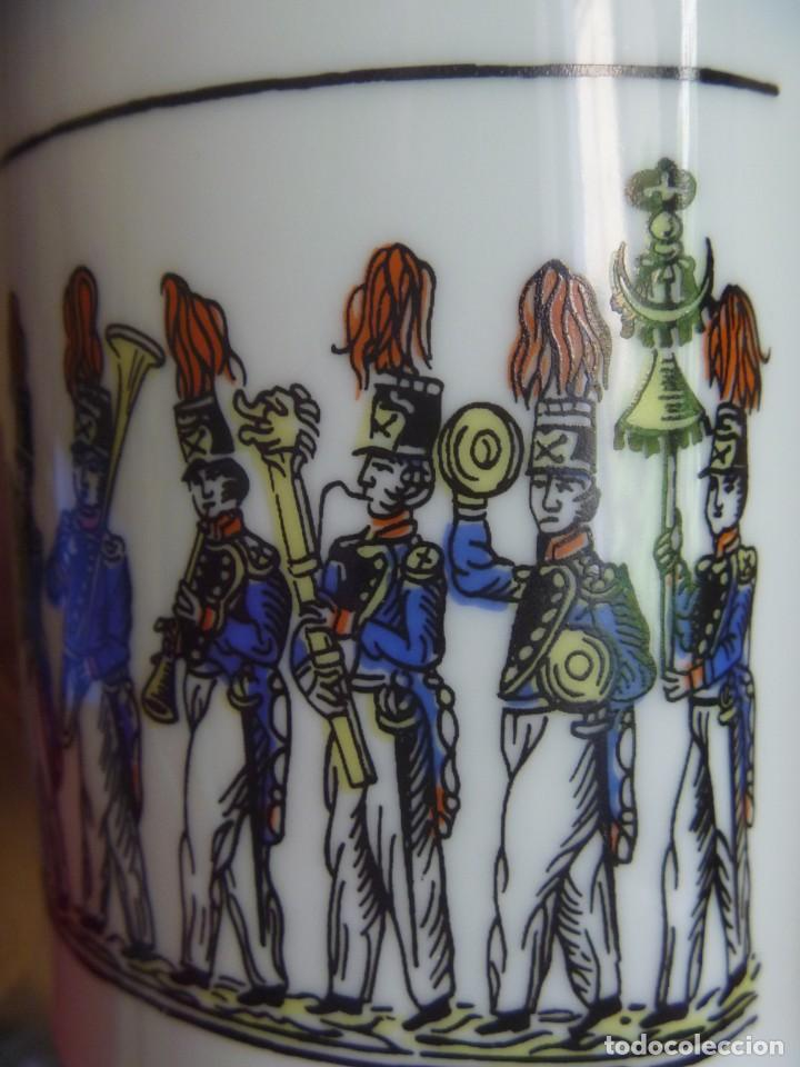 Antigüedades: Jarrón Florero porcelana Bidasoa El Desfile pintado mano tropas militares TAMBORRADA DONOSTI REGALO - Foto 8 - 205127742