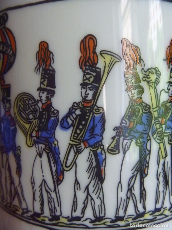 Antigüedades: Jarrón Florero porcelana Bidasoa El Desfile pintado mano tropas militares TAMBORRADA DONOSTI REGALO - Foto 9 - 205127742