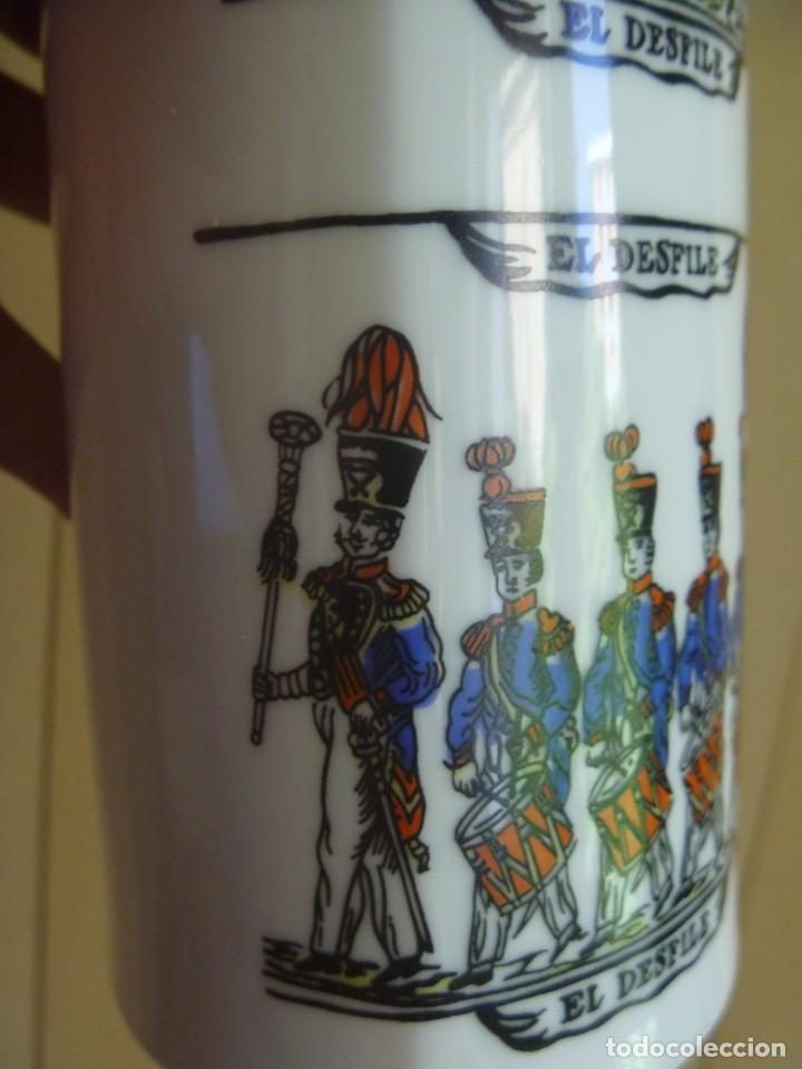 Antigüedades: Jarrón Florero porcelana Bidasoa El Desfile pintado mano tropas militares TAMBORRADA DONOSTI REGALO - Foto 11 - 205127742