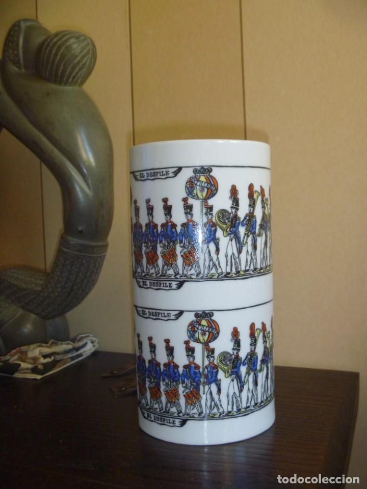 Antigüedades: Jarrón Florero porcelana Bidasoa El Desfile pintado mano tropas militares TAMBORRADA DONOSTI REGALO - Foto 12 - 205127742