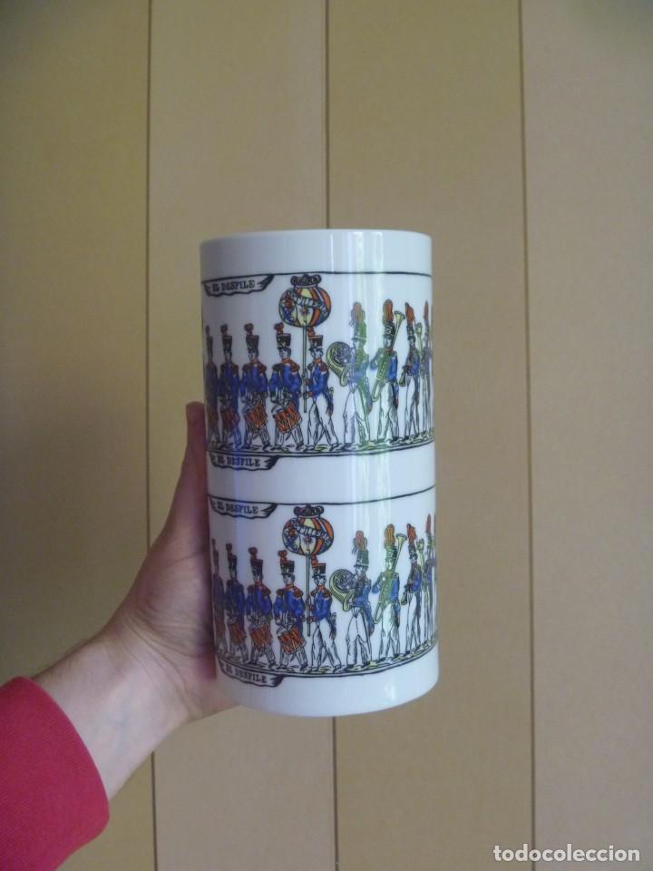 Antigüedades: Jarrón Florero porcelana Bidasoa El Desfile pintado mano tropas militares TAMBORRADA DONOSTI REGALO - Foto 13 - 205127742