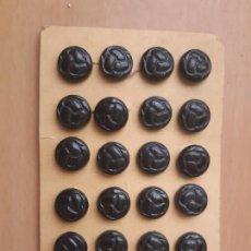Antigüedades: LOTE DE 24 BOTONES ANTIGUOS EN CARTÓN ORIGINAL PROCEDENTE DE ANTIGUA MERCERÍA.. Lote 205160860