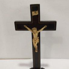 Antigüedades: CRISTO CRUCIFICADO EN CRUZ DE MADERA EBONIZADA. Lote 205169351