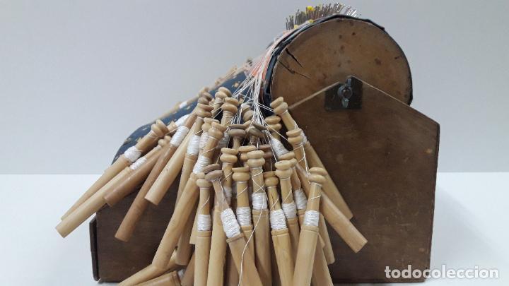 Antigüedades: ANTIGUO BOLILLERO / MUNDILLO - BOLILLOS INCLUIDOS - Foto 12 - 205175971