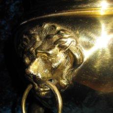 Antigüedades: CUBRE MACETAS O PARAGÜERO ANTIGUO BRONCE O LATÓN CABEZAS LEÓN Y PATAS GARRAS. Lote 205196227