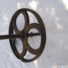 Antigüedades: RUEDA DE CARRO HIERRO FUNDIDO. Lote 205256867