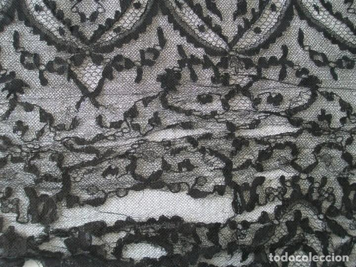 Antigüedades: ANTÍGUA MANTILLA DE ENCAJE NEGRA DE 2,25 X 0,70 CMS. - Foto 8 - 205265111