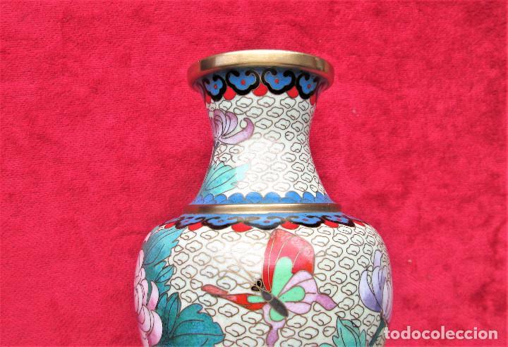 JARRÓN CHINO EN BRONCE CLOISONNE DECORADO FLORAL EN BUEN ESTADO (Antigüedades - Hogar y Decoración - Jarrones Antiguos)