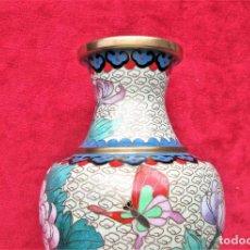Antigüedades: JARRÓN CHINO EN BRONCE CLOISONNE DECORADO FLORAL EN BUEN ESTADO. Lote 183263905