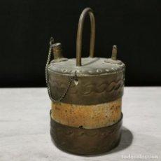 Oggetti Antichi: BOTIJO CORCHO Y LATÓN LEVANTINO - PEQUEÑO - GRABADO A MANO - 13 X 7,5 X 7,5 CM. Lote 205275190