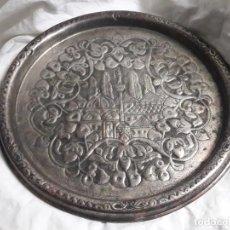 Antigüedades: MAGNIFICA GRAN BANDEJA DE COBRE REPUJADO PLATEADA CON BELLOS MOTIVOS TURQUÍA 34CM. Lote 205276698