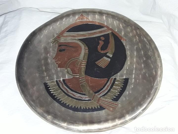 MAGNIFICO PLATO DE COBRE CINCELADO PATINADO MOTIVOS EGIPCIOS 25CM (Antigüedades - Hogar y Decoración - Platos Antiguos)