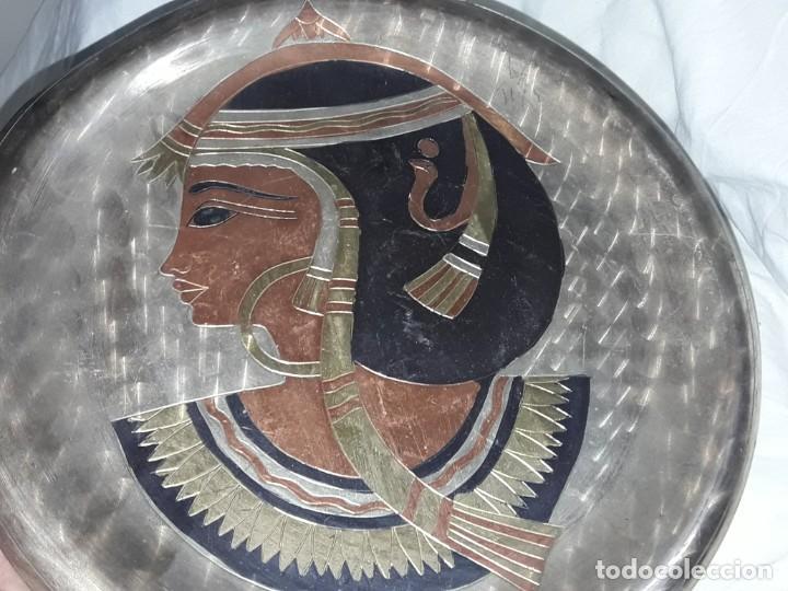 Antigüedades: Magnifico plato de cobre cincelado patinado motivos Egipcios 25cm - Foto 2 - 205278433