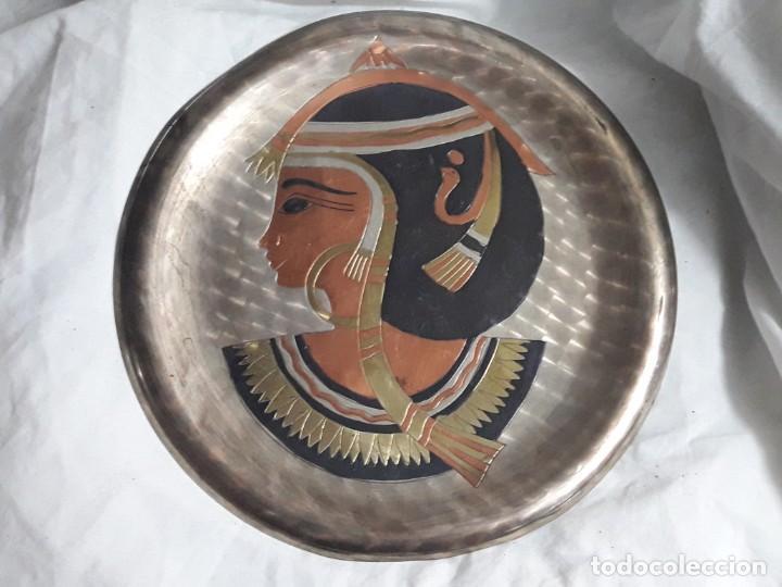 Antigüedades: Magnifico plato de cobre cincelado patinado motivos Egipcios 25cm - Foto 5 - 205278433
