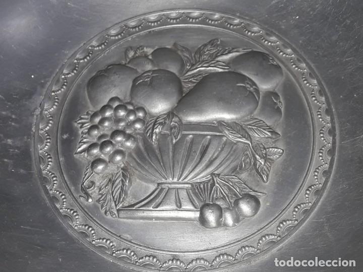 Antigüedades: Magnifico gran centro de mesa frutero de Estaño altorelieve Español 30cm - Foto 3 - 205282696
