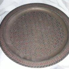 Antigüedades: MAGNIFICA GRAN BANDEJA DE COBRE CINCELADO Y ESMALTE ÁRABE 35CM. Lote 205284268