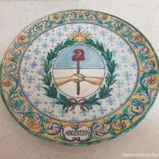 Antigüedades: EXCEPCIONAL PLATO DE GRAN TAMAÑO CON ESCUDO DE ARGENTINA EN CERAMICA DE TRIANA,(SEVILLA). Lote 205291182