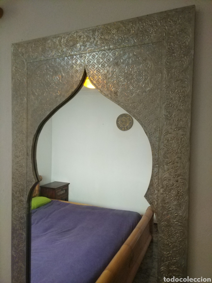 Antigüedades: Espectacular espejo de pared de cuerpo entero repujado artesanal traído de la India - Foto 2 - 205290160