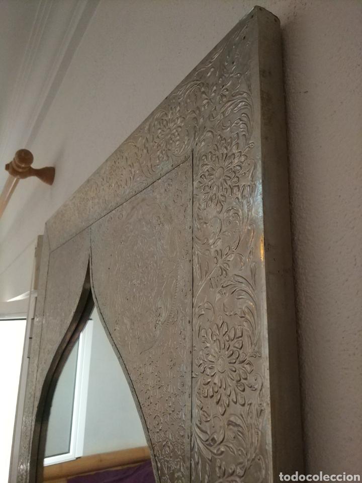 Antigüedades: Espectacular espejo de pared de cuerpo entero repujado artesanal traído de la India - Foto 4 - 205290160