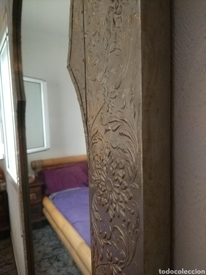 Antigüedades: Espectacular espejo de pared de cuerpo entero repujado artesanal traído de la India - Foto 15 - 205290160
