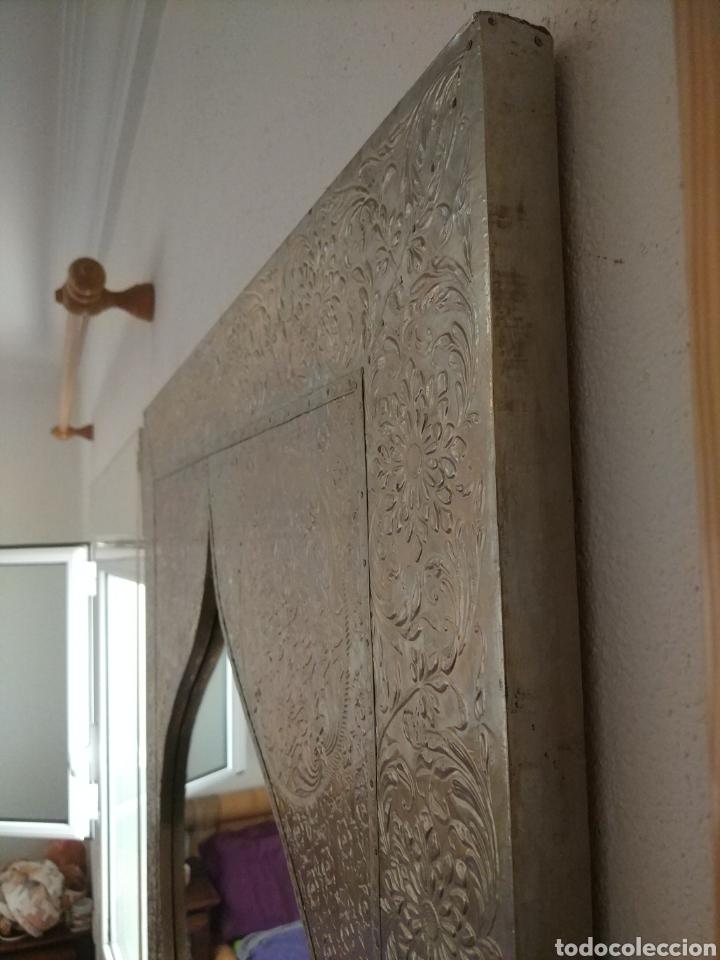 Antigüedades: Espectacular espejo de pared de cuerpo entero repujado artesanal traído de la India - Foto 16 - 205290160