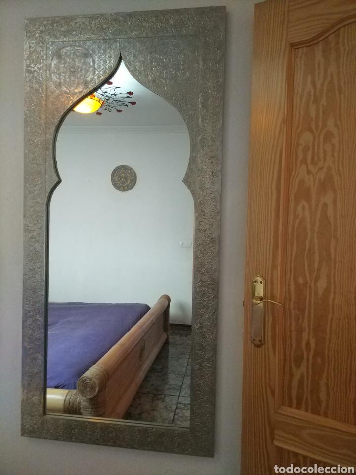 Antigüedades: Espectacular espejo de pared de cuerpo entero repujado artesanal traído de la India - Foto 17 - 205290160