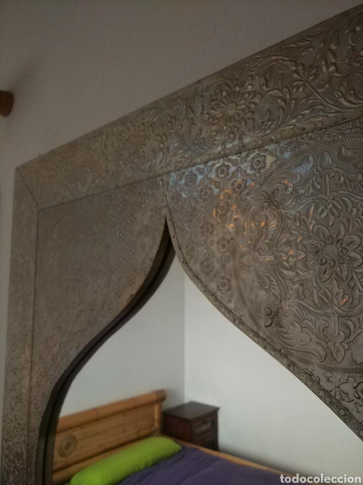Antigüedades: Espectacular espejo de pared de cuerpo entero repujado artesanal traído de la India - Foto 18 - 205290160