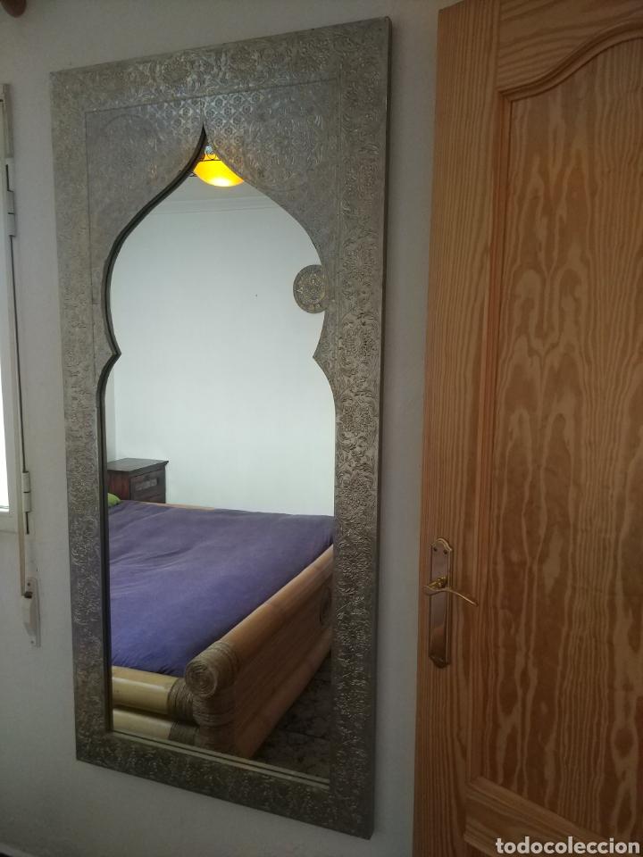 Antigüedades: Espectacular espejo de pared de cuerpo entero repujado artesanal traído de la India - Foto 20 - 205290160