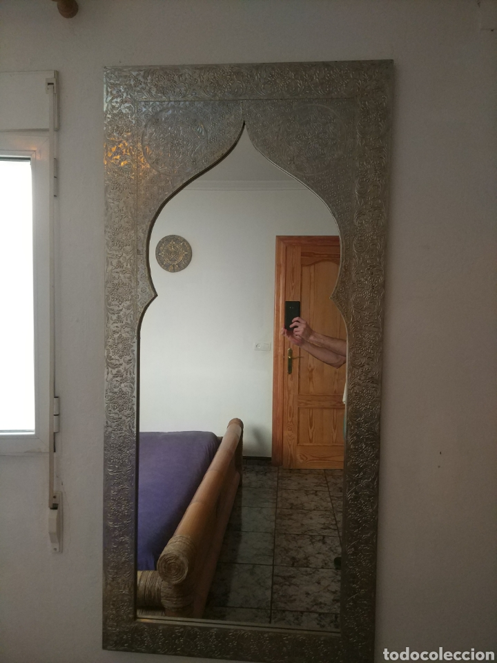 Antigüedades: Espectacular espejo de pared de cuerpo entero repujado artesanal traído de la India - Foto 24 - 205290160