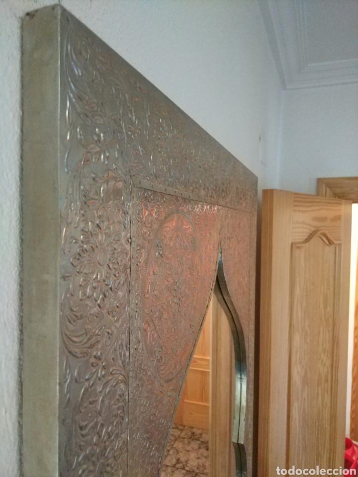 Antigüedades: Espectacular espejo de pared de cuerpo entero repujado artesanal traído de la India - Foto 48 - 205290160