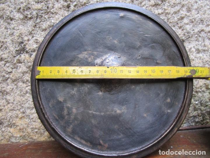 Antigüedades: ANTIGUA TAPA DE POTE GALLEGO EN HIERRO FUNDIDO, APROX 1930 900GR+ INFO Y FOTOS - Foto 2 - 205304635