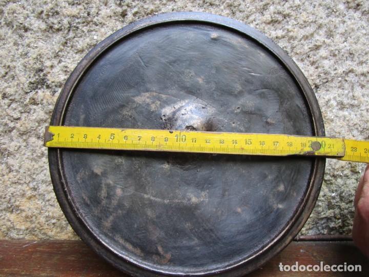 Antigüedades: ANTIGUA TAPA DE POTE GALLEGO EN HIERRO FUNDIDO, APROX 1930 900GR+ INFO Y FOTOS - Foto 3 - 205304635