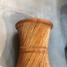 Antigüedades: MESA CIRCULAR AUXILIAR, CON BAMBÚ, CAÑA Y CUERDA TOTALMENTE ARTESANAL.. Lote 205334913