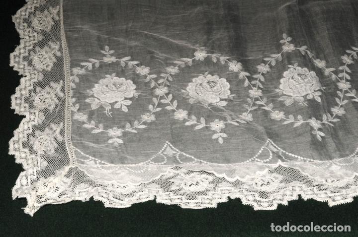 Antigüedades: MANTEL DE ALTAR DE GRAN CALIDAD - ORGANZA BORDADA CON ENCAJE QUE RODEA EL MANTEL - CIRCA 1900 - Foto 3 - 205363243