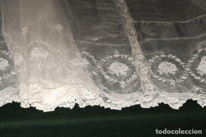 Antigüedades: MANTEL DE ALTAR DE GRAN CALIDAD - ORGANZA BORDADA CON ENCAJE QUE RODEA EL MANTEL - CIRCA 1900 - Foto 4 - 205363243