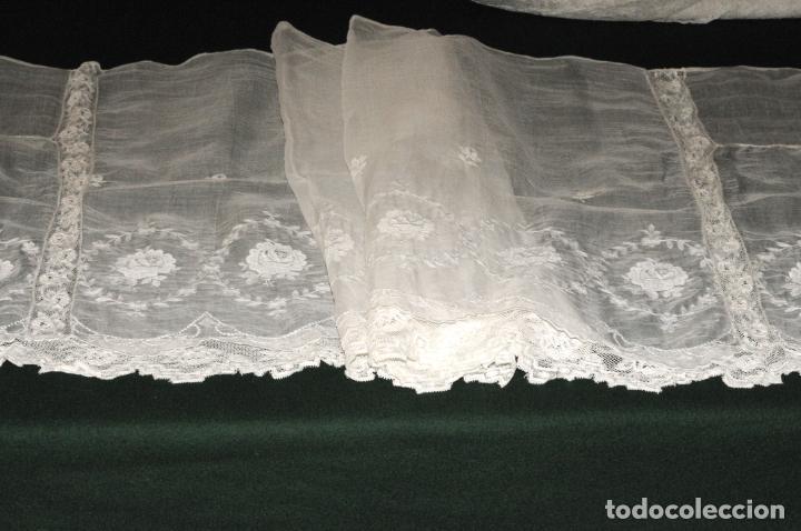 Antigüedades: MANTEL DE ALTAR DE GRAN CALIDAD - ORGANZA BORDADA CON ENCAJE QUE RODEA EL MANTEL - CIRCA 1900 - Foto 5 - 205363243