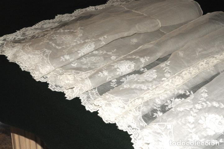 Antigüedades: MANTEL DE ALTAR DE GRAN CALIDAD - ORGANZA BORDADA CON ENCAJE QUE RODEA EL MANTEL - CIRCA 1900 - Foto 7 - 205363243