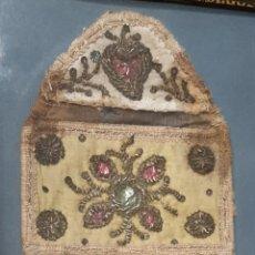 Antiquités: MAGNIFICA BOLSA PORTAVIÁTICOS BORDADO CON HILOS DE PLATA. SIGLO XVII, ENMARCADO.. Lote 205366541