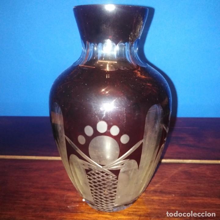 ANTIGUO JARRÓN DE CRISTAL DE BOHEMIA TALLADO EN COLOR BURDEOS. GRAN CALIDAD (Antigüedades - Cristal y Vidrio - Bohemia)