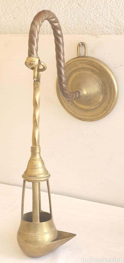 Antigüedades: ANTIGUO CANDIL O LAMPARA DE ACEITE APLIQUE DE PARED SIGLO XIX EN BRONCE .MIDEN 42CMX 40CM - Foto 4 - 205387122