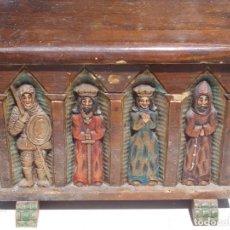Antigüedades: PEQUEÑO BAÚL DE MADERA HAYA, FRONTAL FIGURAS TALLADAS, MUY APOLILLADO, A RESTAURAR. MIDE 41X20X32 CM. Lote 205402830