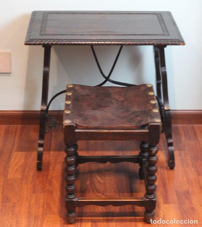 MESA ANTIGUA ESTILO CASTELLANO, CON TABURETE ASIENTO DE CUERO, 69 X 44 X 56 CM (Antigüedades - Muebles Antiguos - Mesas Antiguas)